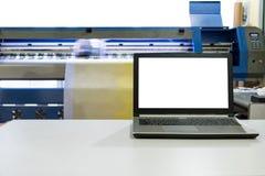 Большой струйный принтер работая на знамени винила с scree тетради Стоковая Фотография