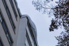 Большой сугроб на крыше жилого дома стоковое изображение rf