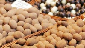 Большой счетчик с различными круглыми помадками шоколада в поливе с гайками Проблема диабета в мире сток-видео