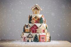 Большой торт рождества украшенный с печеньями пряника и дом на верхней части Концепция десертов на Новый Год Стоковая Фотография