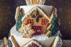 Большой торт рождества украшенный с печеньями пряника и дом на верхней части Концепция десертов на Новый Год Стоковое Фото
