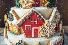 Большой торт рождества украшенный с печеньями пряника и дом на верхней части Концепция десертов на Новый Год Стоковые Изображения
