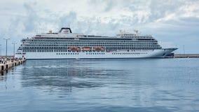 Большой туристский корабль около среднеземноморского городка Palamos в Испании, 03 06 Испания 2018 Стоковое Фото