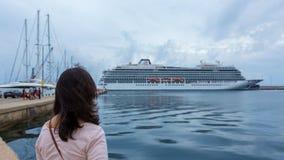 Большой туристский корабль около среднеземноморского городка Palamos в Испании, 03 06 Испания 2018 Стоковые Фото