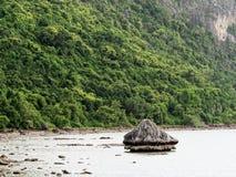 Большой утес в полусфере, конусе, или форме пирамиды выветрился морским путем вода на Khao Lom Muak, Ao Manao, Prachuap Khiri Kha Стоковое Изображение RF