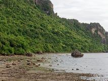 Большой утес в полусфере, конусе, или форме пирамиды выветрился морским путем вода на Khao Lom Muak, Ao Manao, Prachuap Khiri Kha Стоковая Фотография RF