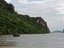 Большой утес в полусфере, конусе, или форме пирамиды выветрился морским путем вода на Khao Lom Muak, Ao Manao, Prachuap Khiri Kha Стоковые Фотографии RF