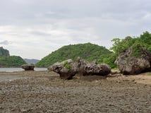 Большой утес в полусфере, конусе, или форме пирамиды выветрился морским путем вода на Khao Lom Muak, Ao Manao, Prachuap Khiri Kha Стоковые Изображения RF