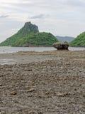 Большой утес в полусфере, конусе, или форме пирамиды выветрился морским путем вода на Khao Lom Muak, Ao Manao, Prachuap Khiri Kha Стоковое Изображение