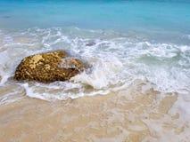 Большой утес в прибое океана стоковая фотография rf