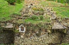 Большой фонтан сухого камня на холме стоковые фото