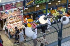 Большой центральный рынок Будапешта, место посещения туристов для приобретений сосисок паприки сувениров Стоковое фото RF