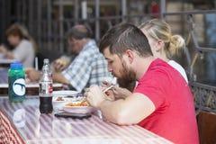 Большой центральный рынок Будапешта, место посещения туристов для приобретений сосисок паприки сувениров Стоковое Изображение