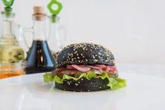 Большой черный бургер Стоковое Изображение