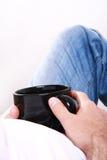 большой черный человек удерживания чашки Стоковая Фотография