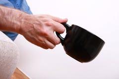 большой черный человек удерживания чашки Стоковое фото RF