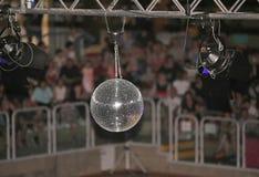 Большой шарик диско на концерте который отражает свет Стоковое Фото