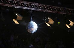 Большой шарик диско на концерте Стоковые Фото