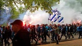 Большой яркий проход вентиляторов клуба футбола Zenit в Санкт-Петербурге Горя огонь, флаги команды и поя вентиляторы акции видеоматериалы