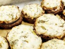 Большой forcemeat Portibello заполненных грибов большой с овощами и расплавленным сыром Portobello величает на подносе Стоковые Изображения RF