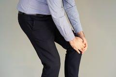 Боль бизнесмена в коленях человека Стоковая Фотография