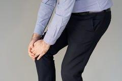 Боль бизнесмена в коленях человека Стоковое фото RF