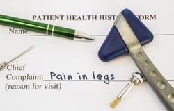 Боль жалобы в ногах Терпеливая история здоровья на таблице невропатолога, который содержит боль жалобы в ногах окруженных neu стоковая фотография