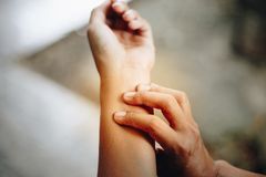 Боль женщины на запястье руки, руке и руке Стоковая Фотография