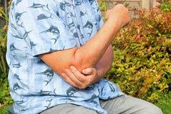 Боль локтя сочленения Старший в боли стоковые фото