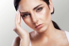 боль Подавленный избыточный вес красивая молодая женщина с черными волосами которые страдают от строгих головных болей и касающей стоковое изображение