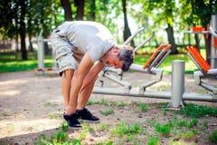 Боль чувства человека в его ноге во время спорта и разминка в p стоковые изображения rf