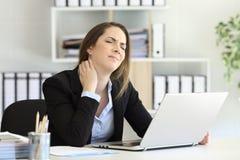 Боль шеи работника офиса страдая стоковая фотография rf