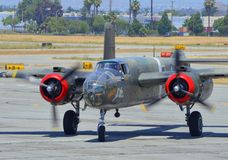 Бомбардировщик B-25 Митчела приходя внутри для приземляться Стоковые Изображения