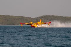 Бомбардье бомбардировщика CL-415 canadair воды в действии стоковые изображения rf