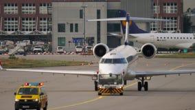 Бомбардье CRJ-900 буксируя для того чтобы обслуживать сток-видео