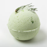 Бомба ванны евкалипта на белизне стоковая фотография rf