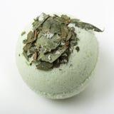 Бомба ванны евкалипта на белизне стоковые изображения rf
