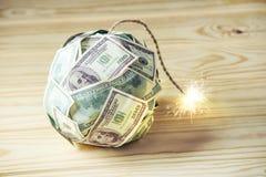 Бомба долларовых банкнот денег 100 с горящим фитилем Меньшее время перед взрывом кризис принципиальной схемы финансовохозяйственн Стоковые Фотографии RF