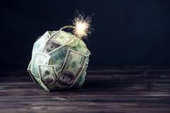 Бомба долларовых банкнот денег 100 с горящим фитилем Меньшее время перед взрывом кризис принципиальной схемы финансовохозяйственн Стоковое фото RF