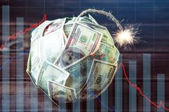 Бомба долларовых банкнот денег 100 с горящим фитилем Меньшее время перед взрывом кризис принципиальной схемы финансовохозяйственн стоковая фотография rf