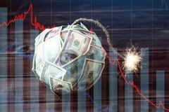 Бомба долларовых банкнот денег 100 с горящим фитилем Меньшее время перед взрывом кризис принципиальной схемы финансовохозяйственн стоковое фото