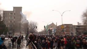 Бомбы слезоточивого газа взрывают пока офицеры нажимают повстанцы прочь акции видеоматериалы