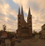 Бонн, Германия 25 сентября 2017: Известный центральный собор Бонна Bonner Мунстер перед небом захода солнца избрание Стоковые Фото