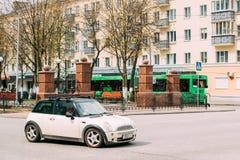 Бондарь белого автомобиля цвета мини в движении на улице Стоковые Изображения RF