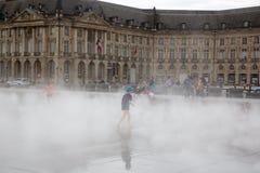 Бордо, Аквитания/Франция - 06 10 2018: Зеркало воды Бордо вполне игры людей имеет потеху в воде Стоковое Изображение RF