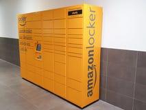 Бордо Жиронда/Франция - 10-26-2018: Место сдачи самообслуживания магазина доставки шкафчика Амазонки, который нужно скомплектоват стоковые фотографии rf