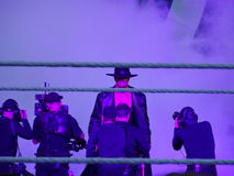 Борец WWE прогулки шляпы и пальто Undertaker нося к t Стоковые Фотографии RF