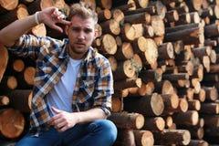 Бородатая персона около древесины кучи тимберса Стоковые Изображения RF