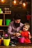 Бородатая природа любов ребенка человека и мальчика r Мочить заботы цветка Удобрения почвы счастливые садовники стоковое изображение rf