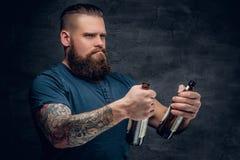 Бородатое мужское смотрящ 2 пустых пивной бутылки Стоковое Изображение